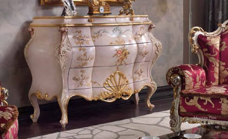 Комод в стиле барокко в интерьере гостиной
