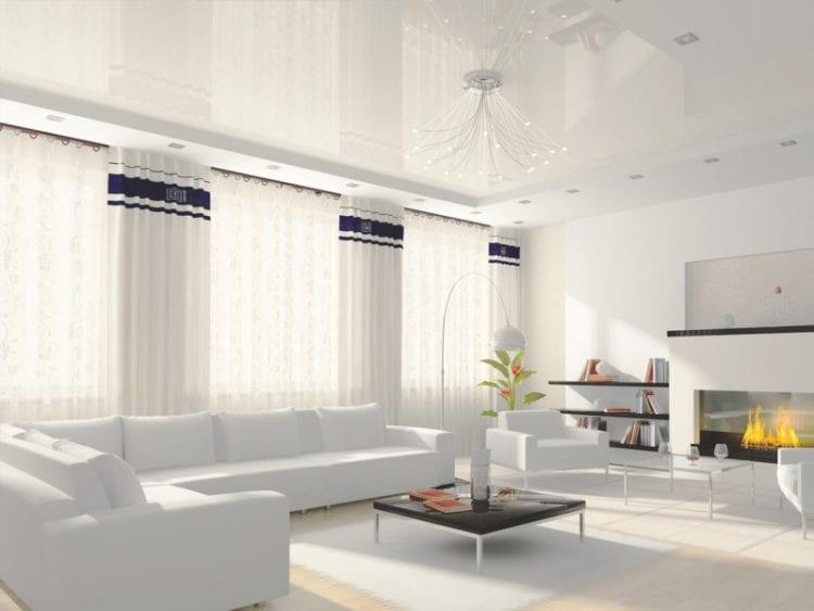 Вариант идеи натяжного потолка в гостиной
