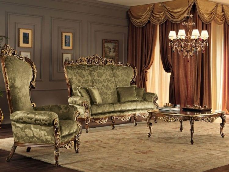 Зеленый диван в гостиной в стиле барокко