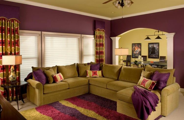 Желто-фиолетовый диван в гостиной