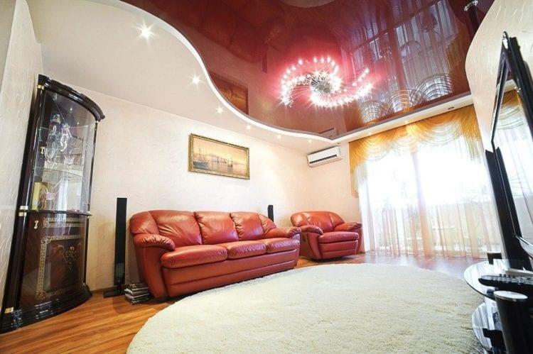 Двухцветные натяжные потолки в гостиной