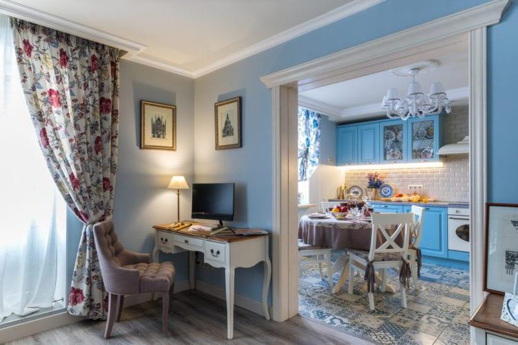 Бежево-голубая гостиная в стиле прованс