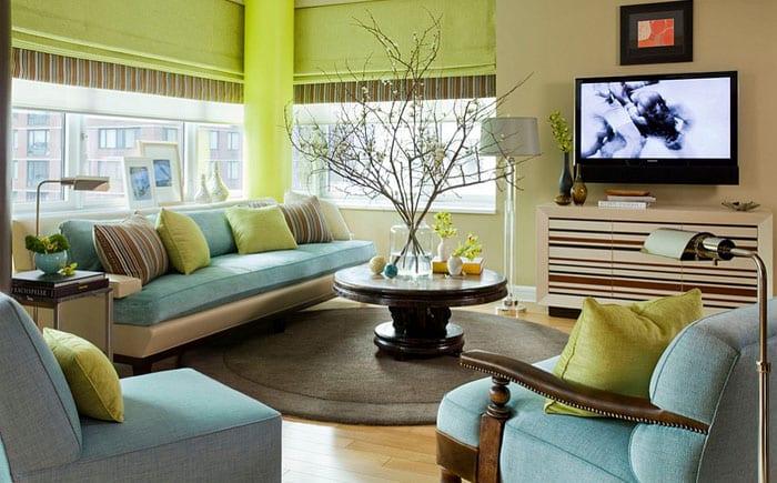 Мебель: голубой диван и другие детали в интерьере