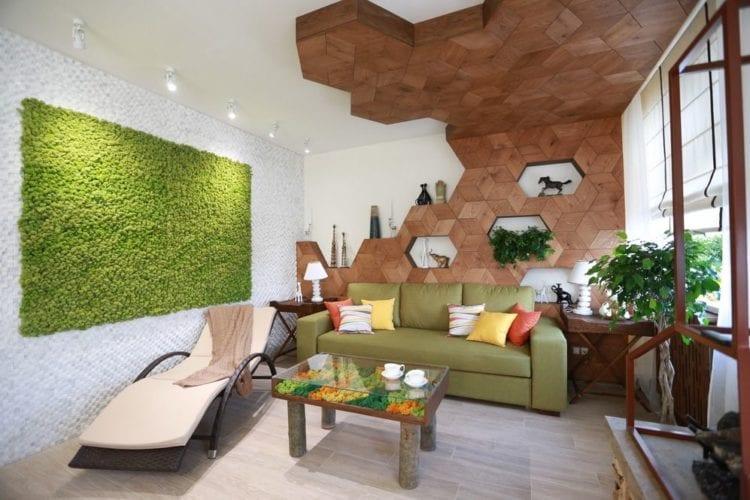 Зеленый диван в гостиной в эко-стиле
