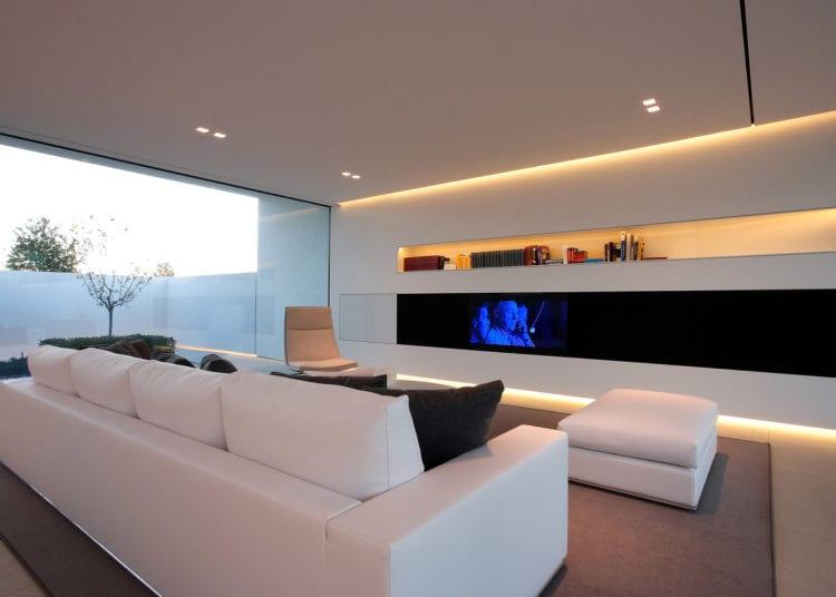 Освещение гостиной в стиле хай-тек: люстры и светильники