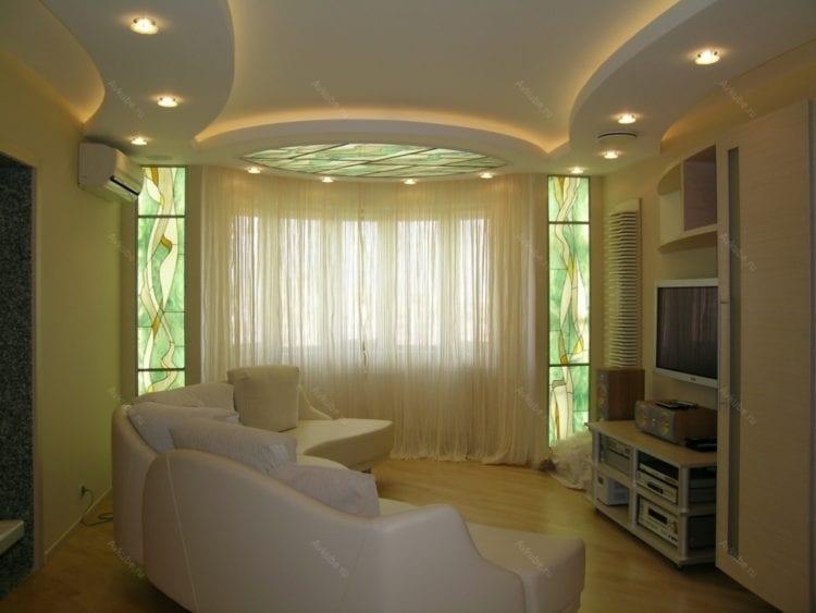 Двухуровневый потолок в гостиной