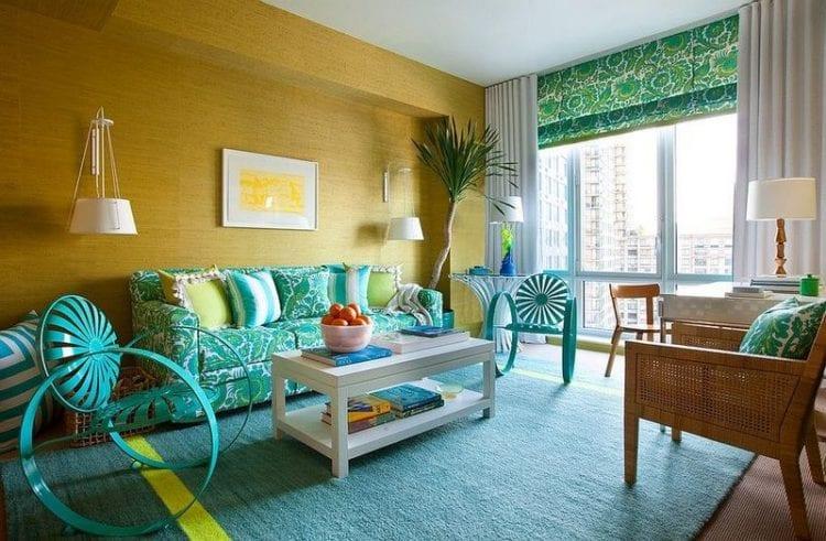 Бирюзовый диван в интерьере гостиной