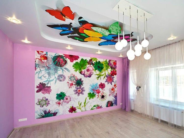 Натяжной потолок в гостиной с рисунками