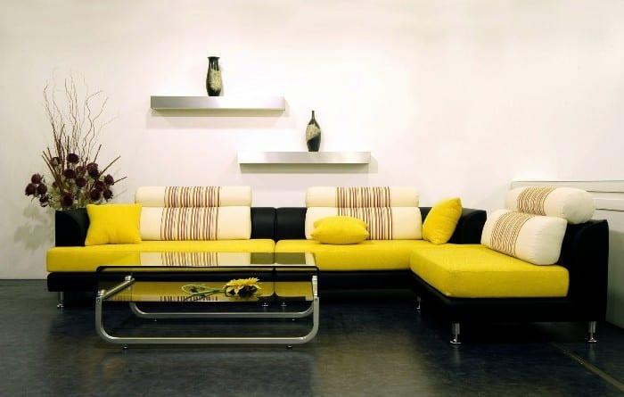 Черно-желтый диван в гостиной