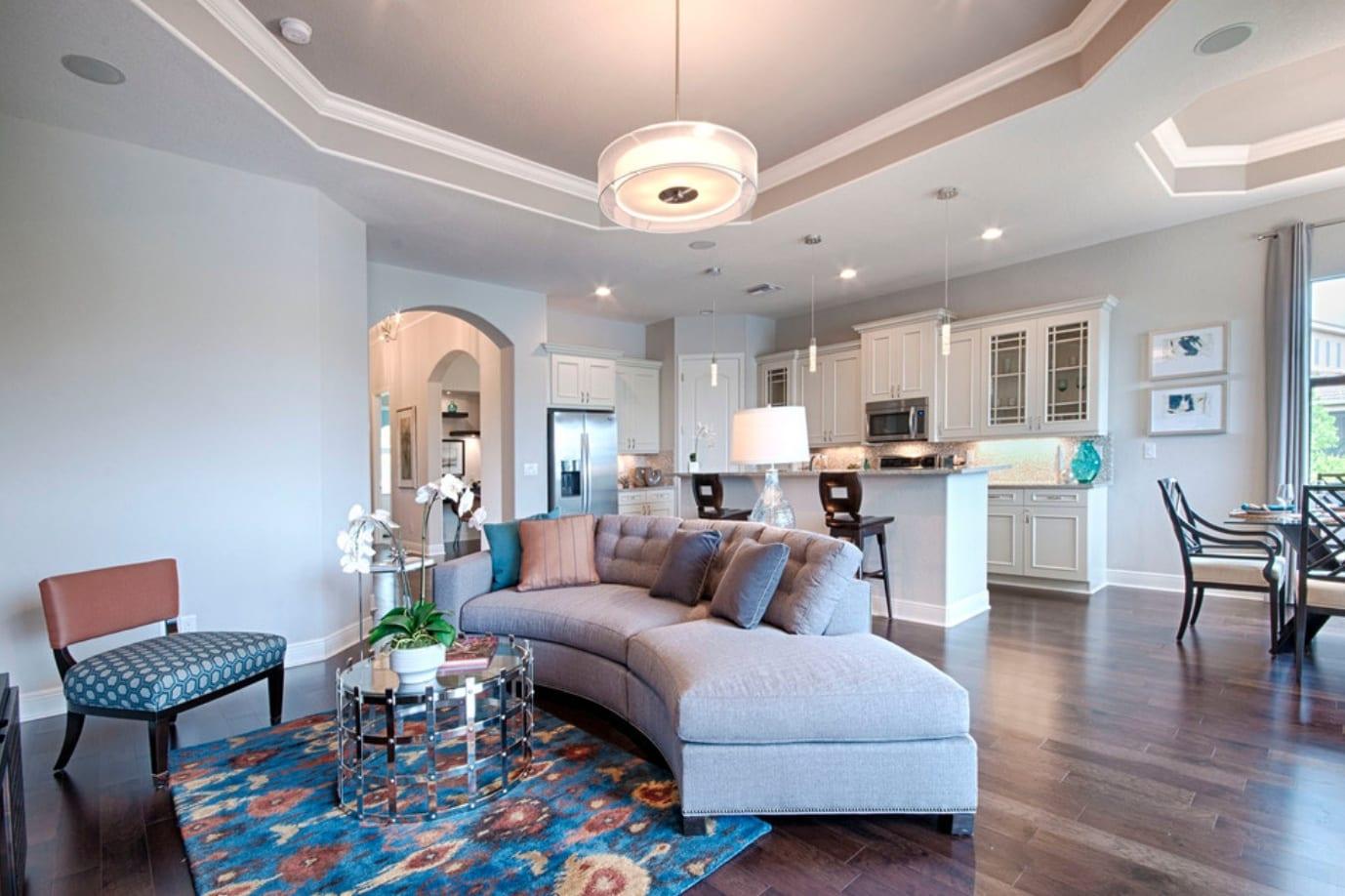 Двухуровневые натяжные потолки в гостиную 50 фото идеи-2020 оформления двухуровневых потолоков для зала двух уровненные модели в стиле классика в квартире