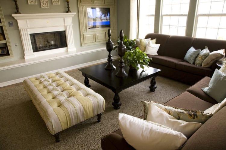 Шоколадный диван в гостиной