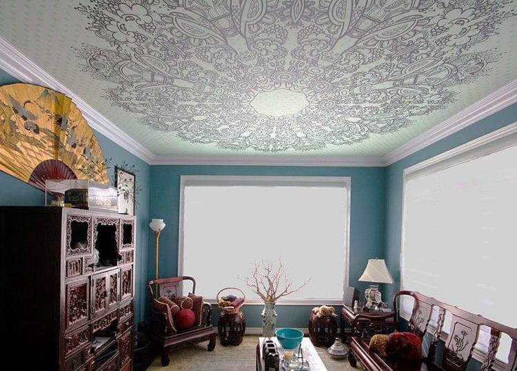 Натяжные потолки с узорами в гостиной
