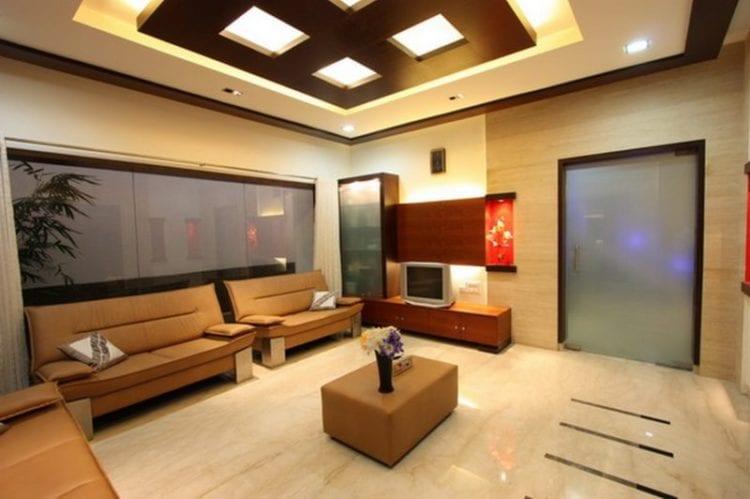 Многоуровневый потолок в гостиной с натяжными полотнами