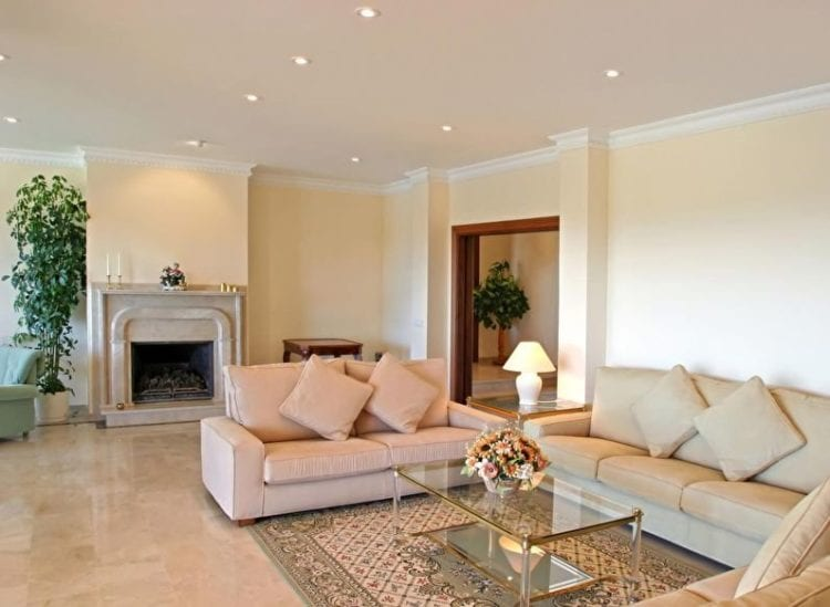 Одноуровневые потолки из гипсокартона для гостиной и зала - практичное решение