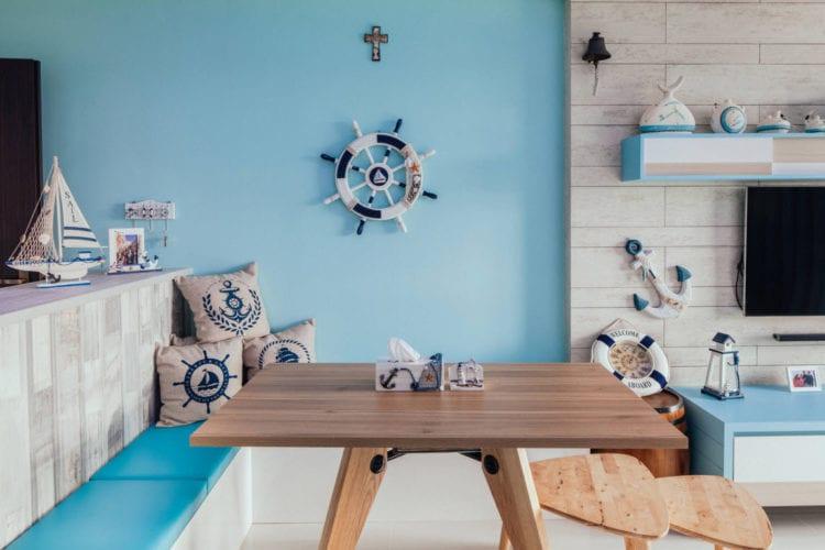 Голубые обои в гостиной в мовском стиле