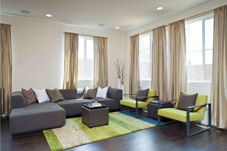 Зеленая гостиная с бежевым фоном