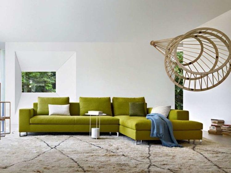 кожаный зеленый диван в гостиной