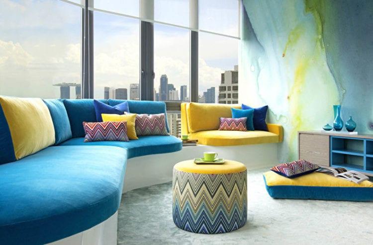 сине-желтый диван в гостиной