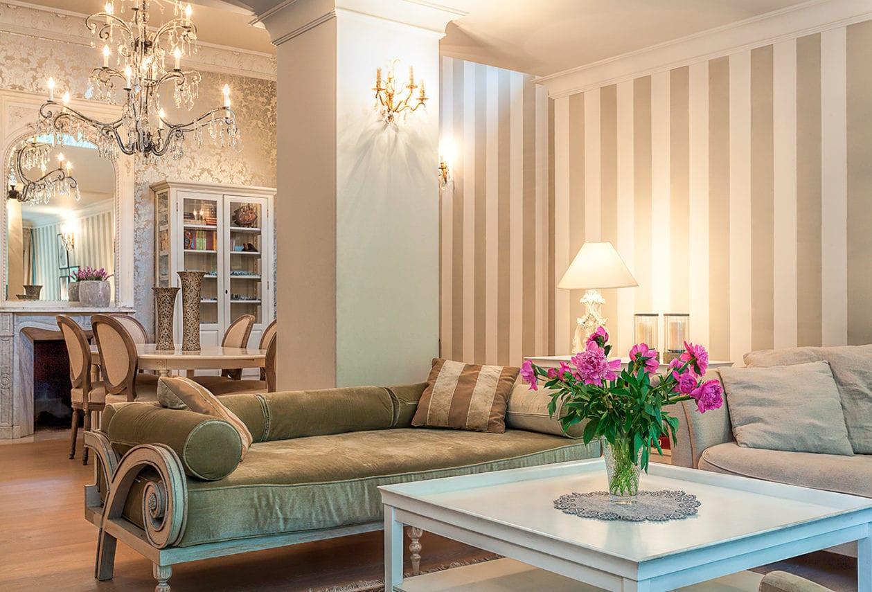 Бежевые обои в интерьере гостиной – изысканное решение