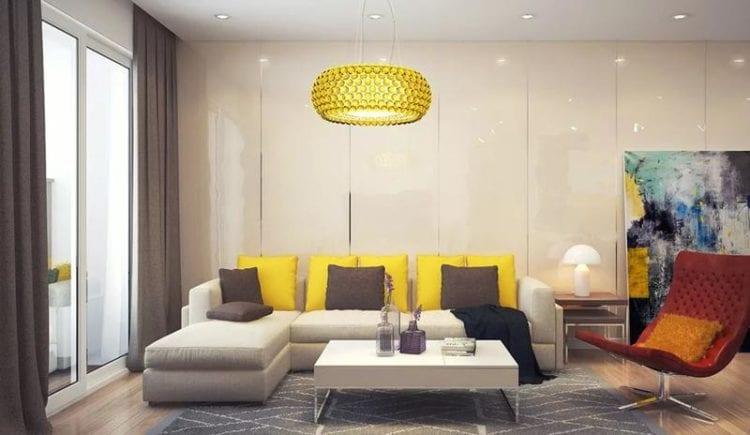 Желто-бежевый диван в гостиной