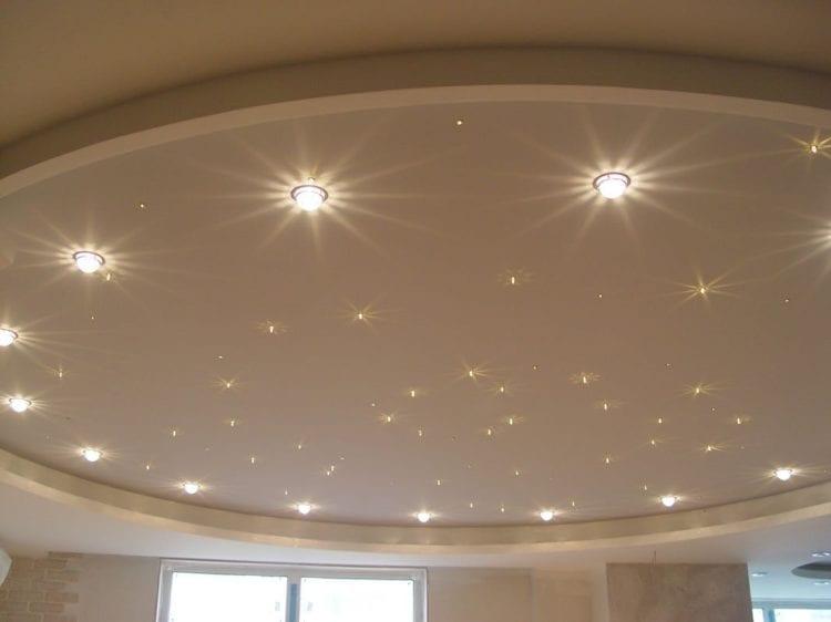 Круговое расположение точечных светильников на натяжном потолке в зале