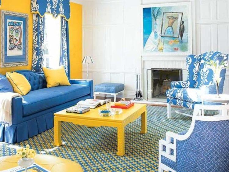 Желто-синий диван в интерьере гостиной