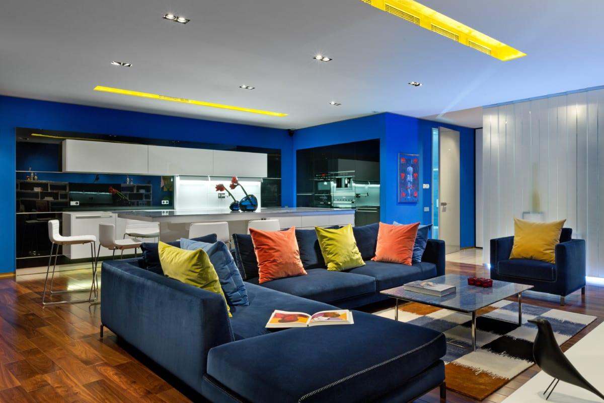 Гостиная в синих тонах – идеальное место для отдыха и творчества
