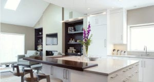 Барная стойка в интерьере гостиной – эффектный и эффективный инструмент зонирования