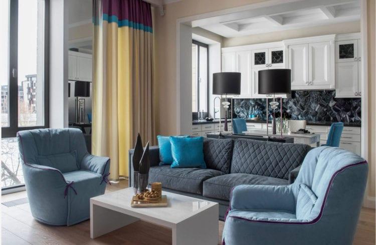 Серо-синий диван в гостиной