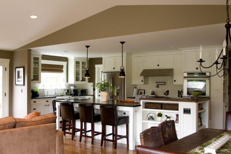 Коричневая кухня-гостиная
