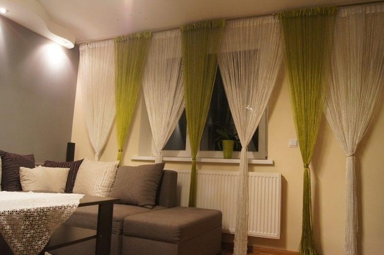 Нитяные зеленые шторы в гостиной