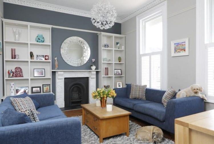 Серо-голубые стены в интерьере гостиной