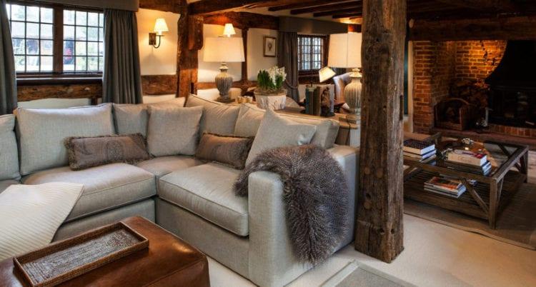Гостиная в стиле кантри с серым диваном