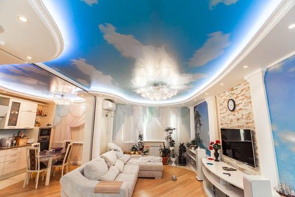 Объемный натяжной потолок в гостиной