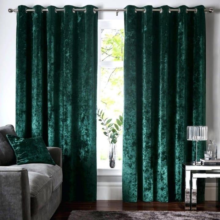 Бархатные зеленые шторы в гостиной