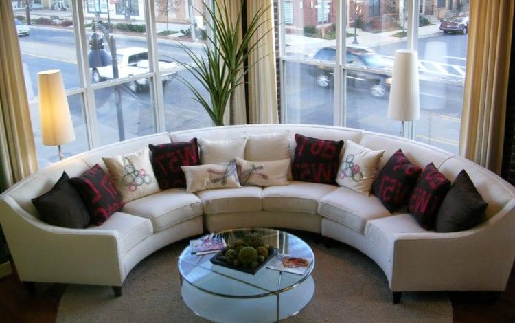 Полукруглый диван для гостиной