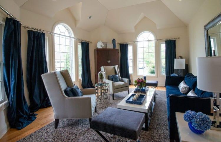 Синий диван и синие шторы