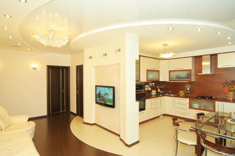 Натяжные потолки на кухне, совмещенной с гостиной