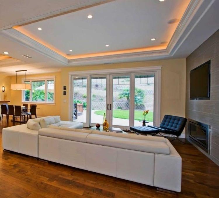 Точечные светильники для натяжных потолков в интерьере гостиной