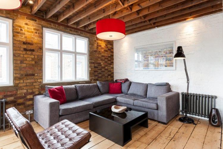 Гостиная в стиле лофт с серым диваном