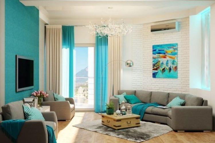 Бело-бирюзовые шторы в гостиной