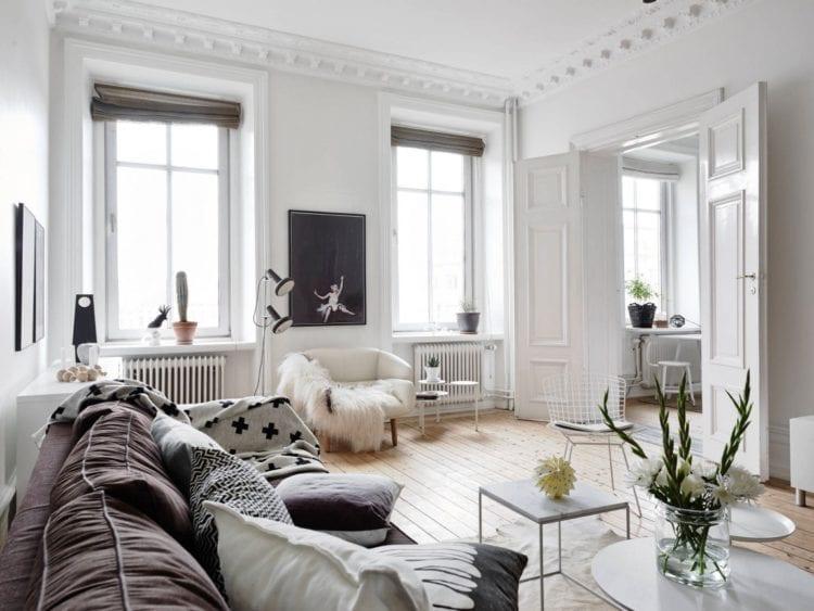 Интерьер гостиной в скандинавском стиле с серыми шторами