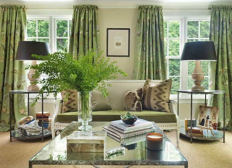Жаккардовые зеленые шторы в гостиной