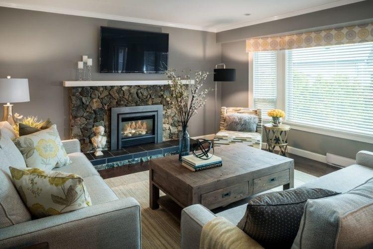 Телевизор над камином в интерьере гостиной