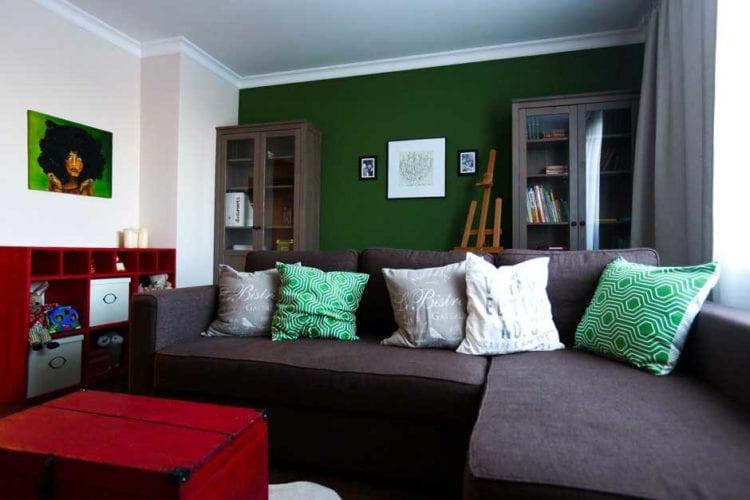 Темно-зеленый цвет в интерьере гостиной