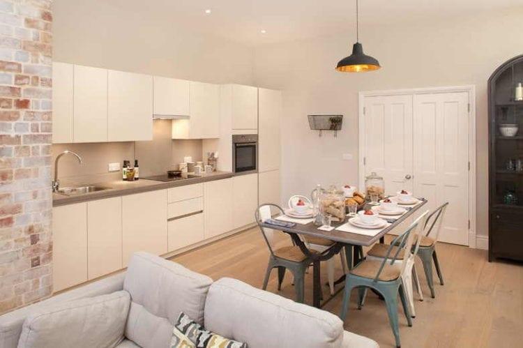 Дизайн кухни-гостиной площадью 15 квадратных метров