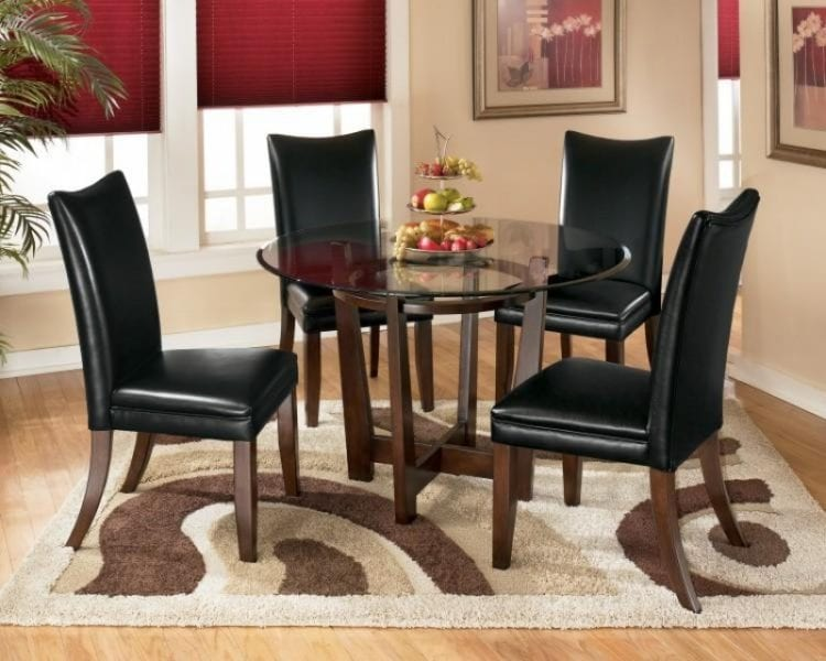 Цельные стулья в гостиной