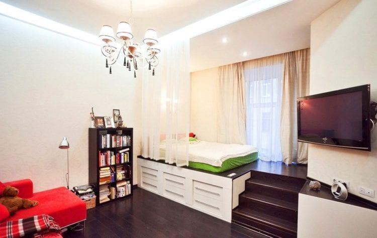 Совмещенная со спальней гостиная на 20 кв. м в современном стиле с зонированием разницей высоты