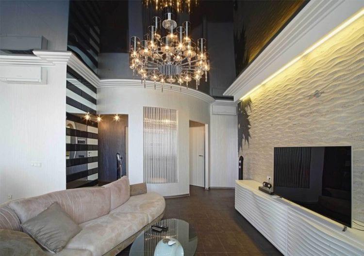 Черный потолок в интерьере гостиной
