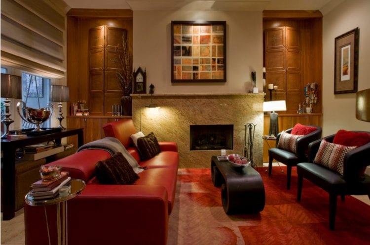 Красный диван в стильном интерьере гостиной